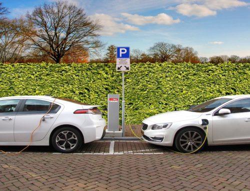 Hoe laad je een elektrische auto op met zonnepanelen?
